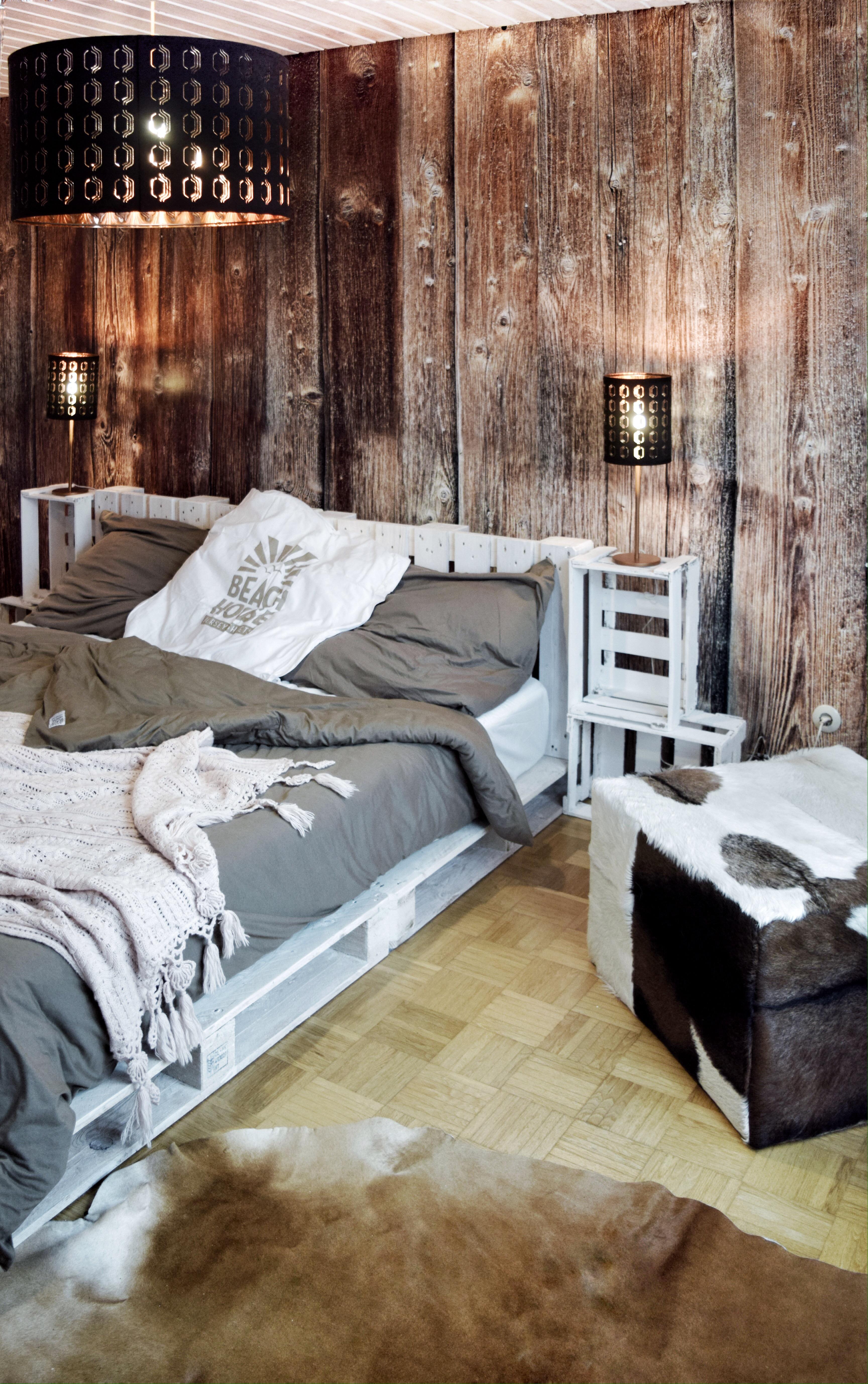 Abgerundet habe ich mein schlafzimmer letztendlich mit zwei tollen produkten von amaris elements ein kuhfell und ein hocker aus ziegenfell